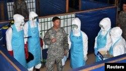 Un soldado de EE.UU. capacita a trabajadores de salud en Liberia.