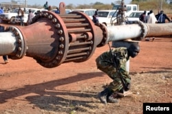 FILE PHOTO: An armed member of the South Sudanese security forces is seen during a ceremony marking the restarting of crude oil pumping at the Unity oilfields in South Sudan, January 21, 2019. (REUTERS/Samir Bol/File Photo)