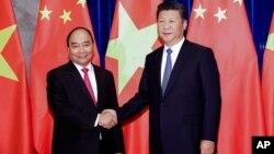 Ông Nguyễn Xuân Phúc trong một cuộc gặp với Chủ tịch Tập hồi năm 2016.