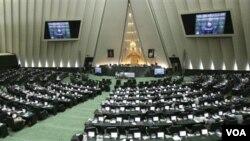 Suasana sidang parlemen Iran (foto: dok). Parlemen Iran menyetujui RUU pengurangan hubungan diplomatik dengan Inggris.
