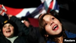 ຊາວເກາະ Falkland ສະແດງຄວາມດີໃຈ ທີ່ໄດ້ຍິນຂ່າວຜົນລົງຄະແນນສຽງຢ່າງ ຖ້ວມລົ້ນວ່າ ຢາກສືບຕໍ່ເປັນດິນແດນສ່ວນນຶ່ງຂອງອັງກິດ ຢູ່ ໃນການລົງປະຊາມະຕິໃນວັນຈັນວານນີ້ ໃນວັນທີ 11 ມີນາ 2013.