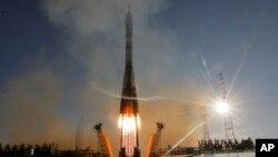 Hỏa tiễn Soyuz-FG của Nga, được trang hoàng với logo của Thế vận hội Mùa Đông 2014, được phóng đi từ sân bay vũ trụ Baikonur ở Kazakhstan, ngày 7/11/2013.