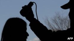 Một phụ nữ được thử nghiệm bức xạ tại một trung tâm di tản ở Fukushima, miền Bắc Nhật Bản, ngày 28/3/2011