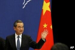 왕이 중국 외교담당 국무위원 겸 외교부장이 19일 베이징에서 '일대일로' 포럼 관련 기자회견을 마친 후 떠나고 있다.