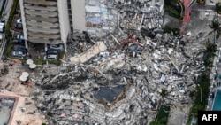 資料照片:位於佛羅里達州邁阿密郊區瑟夫塞德的尚普蘭大廈南公寓樓倒塌後,工作人員在現場搜救。 (2021年6月24日)