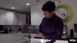 미서부 캘리포니아주 버클리에서 전자제품 수리가게를 운영하는아시시 슈레스타 씨가 접착제로 부품이 고정돼 있는 태블릿 내부를 보여주고 있다.