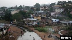 Abana bidagadura mu murwa mukuru wa Sierra Leone, Freetown.