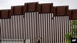 Agent granične patrole duž zida na granici sa Meksikom, između San Dijega i Tihuane, 18. marta 2020.