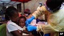mtoto akipatiwa chanjo ya ebola DRC.
