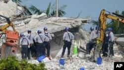 امدادگران در محل تخریب ساختمان فروریخته در شهرک سرفساید فلوریدا - ۵ ژوئیه ۲۰۲۱