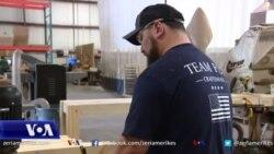 Veteranët e ushtrisë krijojnë flamuj amerikanë prej druri