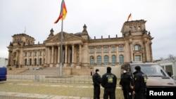 Efserên polîs li derveyî avahiyê Reichstag