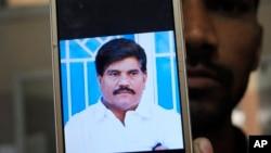 Foto Aziz Memon, reporter dan juru kamera di stasiun TV daerah di Hyderabad, provinsi Sindh, Pakistan, diperlihatkan oleh salah seorang rekannya dari layar ponselnya, Senin, 17 Februari 2020.