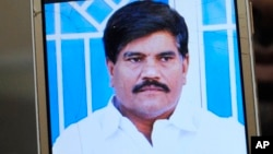 Foto Aziz Memon, reporter dan juru kamera di stasiun TV daerah di Hyderabad, provinsi Sindh, Pakistan, diperlihatkan oleh salah seorang rekannya dari layar ponselnya, Senin, 17 Februari 2020. (Foto: dok).