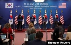 한국을 방문한 미국의 로이드 오스틴 국방장관(왼쪽부터)과 토니 블링컨 국무장관이 18일 서울 외교부 청사에서 정의용 외교부 장관, 서욱 국방장관과 공동기자회견을 했다.