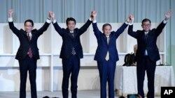ອະດີດລັດຖະມົນຕີກະຊວງການຕ່າງປະເທດ Fumio Kishida (ຊ້າຍ), ນາຍົກ Shinzo Abe, ຫົວໜ້າຫ້ອງການເລຂານຸການ Yoshihide Suga ແລະ ອະດີດລັດຖະມົນຕີປ້ອງກັນປະເທດ Shigeru Ishiba ພາກັນສະເຫລີມສະຫລອງ ພາຍຫລັງທີ່ ທ່ານ Suga ໄດ້ຖືກເລືອກຕັ້ງໃຫ້ເປັນປະທານ ພັກເສລີປະຊາທິປັດ ທີ່ກຳລັງປົກຄອງປະເທດຢູ່