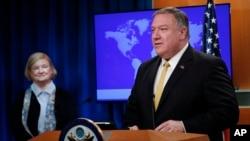 마이크 폼페오 미국 국무장관이 8일 국무부에서 기자회견을 열고, 미국의 외교정책에서 인권의 역할을 검토할 위원회를 신설했다고 발표했다. 왼쪽은 위원회를 이끌 매리 앤 글렌던 하버드 법대 교수.