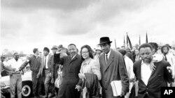 Martin Luther King i njegova supruga Coretta marširaju u preijstolnici Montgomery, Alabama, 25. marta 1965.