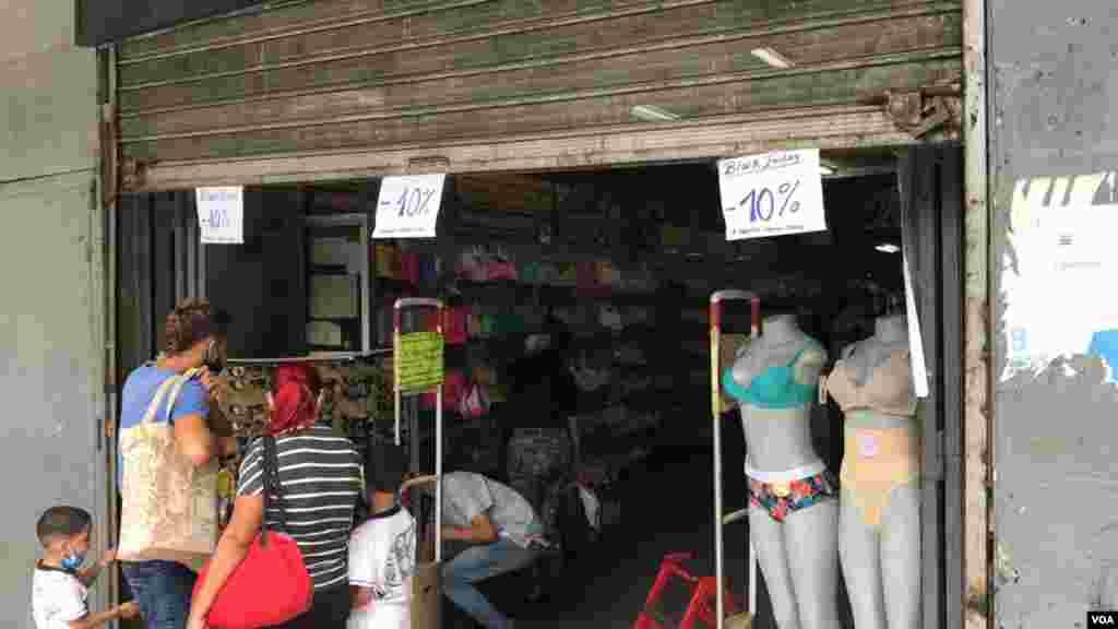 No solo fueron las tiendas en centro comerciales. Tiendas en un popular bulevar hacia el centro de Caracas también también tenían sus promociones de Black Friday o viernes negro. Foto: Álvaro Algarra - VOA.
