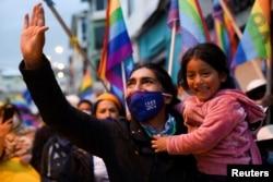 El candidato presidencial de Ecuador, Yaku Pérez, saluda a simpatizantes durante una marcha simpatizantes que exigían un recuento de los votos emitidos durante la elección presidencial del 7 de febrero.