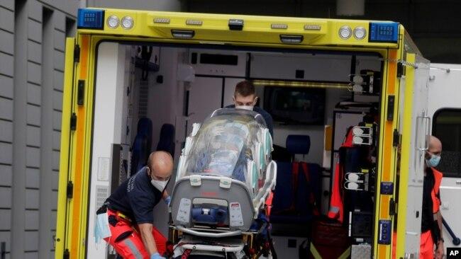 一辆救护车8月22日将被送到德国的俄罗斯反对派领袖纳瓦尔尼送到德国首都柏林的夏里特医院接受治疗。
