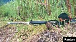 Un rebelde de izquierda del Ejército de Liberación Nacional (ELN) prueba su arma durante un ejercicio de entrenamiento cerca de las montañas de la ciudad de Tibu, provincia de Norte de Santander. [Foto de archivo]