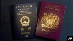 资料照:香港特别行政区护照(左)和英国国民(海外)护照(即BNO护照)