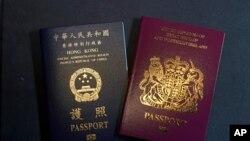 Pasipoti ya Uingereza na Pasipoti ya Hong Kong, zilizopigwa picha siku ya Ijumaa, Jan. 29, 2021. China imesema Ijumaa haitaendelea kuitambua pasipoti ya UIngereza.