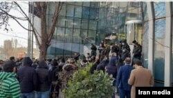 سهامداران در اعتراض به سیاست های جمهوری اسلامی در مقابل ساختمان بورس در تهران تجمع کردند
