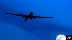 """在這張2010 年1 月31 日的資料照片中,一架美國""""掠食者""""無人機在一個月夜飛越阿富汗南部的坎大哈機場。"""