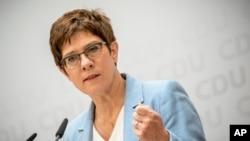 រដ្ឋមន្ត្រីការពារជាតិអាល្លឺម៉ង់លោកស្រី Annegret Kramp-Karrenbauer ថ្លែងនៅក្នុងសន្និសីទកាសែតមួយ នៅទីស្នាក់ការគណបក្ស Christian Democratic Union នៅក្នុងក្រុងប៊ែរឡាំង ប្រទេសអាល្លឺម៉ង់ កាលពីថ្ងៃទី៨ ខែមិថុនា ឆ្នាំ២០២០។