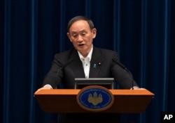 Perdana Menteri Jepang Yoshihide Suga menjawab pertanyaan wartawan usai berbicara dalam jumpa pers di Tokyo, Jumat, 7 Mei 2021. (Foto: AP)