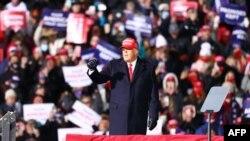 El presidente Donald Trump en uno de sus últimos actos de campaña, el 2 de noviembre de 2020, en Traverse, Michigan.