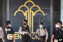 تانگرانگ جیل کے مرکزی دروازے پر سیکیورٹی اہل کار پہرہ دے رہے ہیں۔