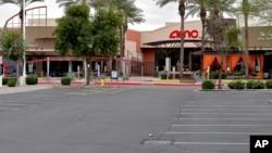 2020年3月18日加州鳳凰城AMC電影院空無一人的停車場。