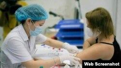 Bà Kelly Koch sẵn lòng hiến huyết tương với hy vọng góp sức chữa trị cho các bệnh nhân Covid-19 tại Việt Nam. Photo Hà Nội Mới.