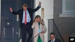 Britanski premijer i lider konzervativaca Boris Džonson napušta prostorije stranke sa svojom partnerkom Keri Sajmonds i njihovim psom Dilanon, u Londonu, 13. decembra 2019.