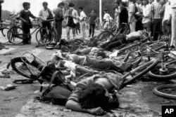 Cadáveres de civiles yacen entre bicicletas retorcidas cerca de la plaza de Tiananmen de Beijing el 4 de junio de 1989.