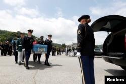 유엔사령부와 한국 군이 2018년 7월 한국전쟁 참전용사의 유해를 운구하고 있다.