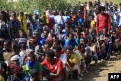 "Pengungsi Ethiopia yang melarikan diri dari pertempuran di wilayah Tigray, berkumpul di pusat penerimaan perbatasan ""Village 8"" di negara bagian Gedaref timur Sudan, 20 November 2020."