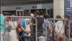 Isroil pasportini olayotgan falastinliklar