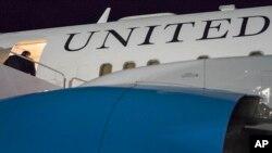 Arhiva - Državni sekretar SAD Majk Pompeo ukrcava se u avion u vojnoj vazduhoplovnoj bazi Endrjuz, Merilend, 5. jula 2018.