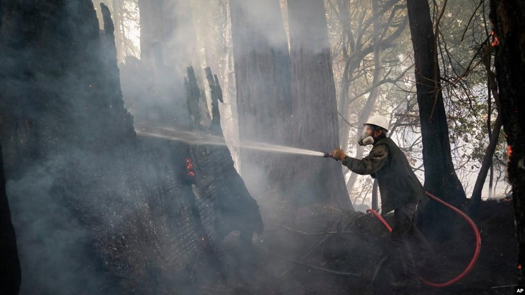 Jesse Katz joins the firefighting effort as a civilian volunteer battling the CZU August Lightning Complex Fire, Friday, Aug. 21, 2020, in Bonny Doon, Calif. (AP Photo/Marcio Jose Sanchez)