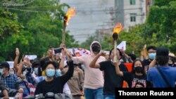 14일 미얀마 만달레이에서 군부에 반대하는 시위가 계속됐다.
