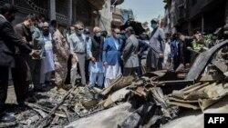 Para pejabat Pakistan meninjau lokasi jatuhnya pesawat Pakistan International Airlines, di kawasan permukiman di Karachi, Pakistan, Sabtu, 23 Mei 2020.