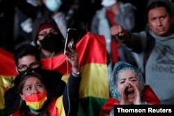 Manifestantes participan en una protesta contra el presidente electo de Bolivia, Luis Arce, alegando un supuesto fraude en las elecciones generales, en La Paz