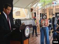Gabriela Gonzalez, corresponsal de emisora colombiana W Radio, cubre una rueda de prensa del líder opositor Juan Guaidó. Abril 29, 2021. Foto: Adriana Nuñez Rabascall - VOA.