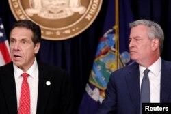 New York Eyaleti Valisi Andrew Cuomo (solda) ve New York Belediye Başkanı Bill de Blasio