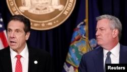 Gouvènè Eta New York la, Andrew Cuomo (agoch) avèk majistra kominal vil New York la, Bill de Blasio.