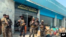 美军撤走后,塔利班武装人员守卫在喀布尔的哈米德·卡尔扎伊国际机场内。(2021年8月31日)